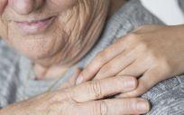 Persona mayor con cuidadora (Foto. Freepik)
