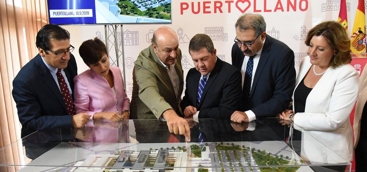 Emiliano García Page y Jesús Fernández, durante la presentación del proyecto del nuevo hospital de Puertollano. (Foto: Sescam)