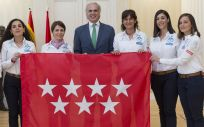 El consejero de Sanidad de la Comunidad de Madrid, Enrique Ruiz Escudero, junto a las componentes de la expedición del Reto Pelayo Vida (Foto: Comunidad de Madrid)