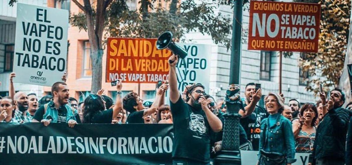 Manifestación en el Ministerio de Sanidad contra la campaña anti tabaco del Gobierno. (Foto. Anesvap)