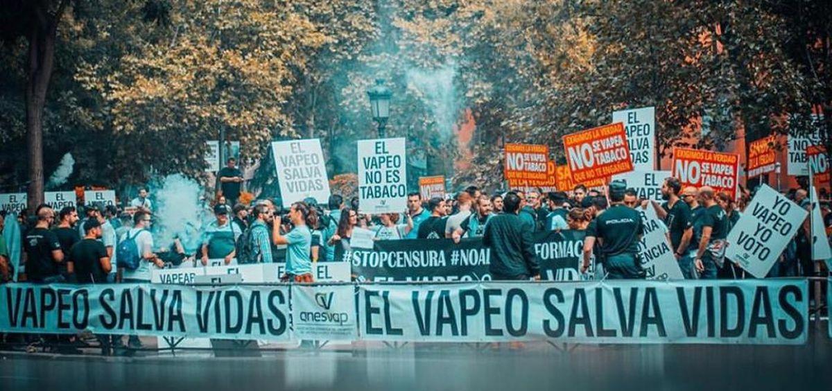 Vapeadores protestan ante el Ministerio de Sanidad en contra de la campaña anti tabaco del Gobierno. (Foto. Anesvap)