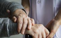 Enfermera cuidando a una paciente (Foto. Freepik)