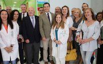 El presidente, Juanma Moreno y el consejero de Sanidad, Jesús Aguirre, acompañados de trabajadores del centro de salud de Olula del Río y el resto de autoridades, durante su recorrido por las instalaciones (Foto. Junta de Andalucía)