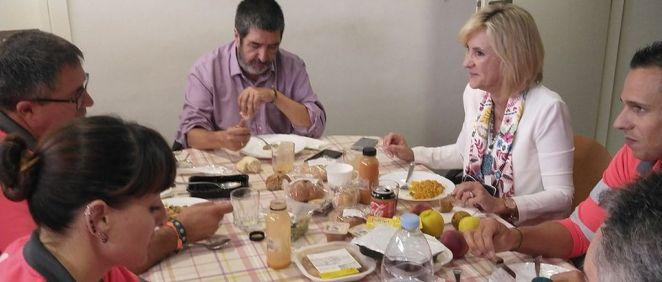 La consjera de Sanidad de Castilla y León, Verónica Casado, comiendo junto a algunos profesionales de la base de emergencias Valladolid. (Foto. @pedro arnillas)
