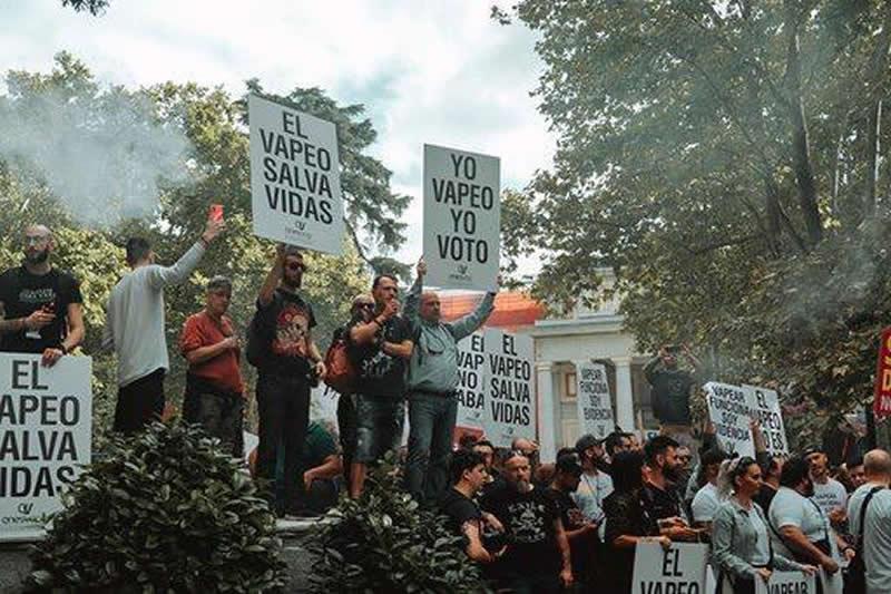 España, entre los países europeos con menos consumo de cigarrillos electrónicos Manifestantes-pro-vapeo-ante-las-puertas-del-ministerio-de-sanidad
