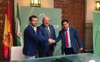 Los representantes de la Consejería de Salud y Familias, la Diputación Provincial y el Ayuntamiento de Jaén sellan el acuerdo (Foto: Junta de Andalucía)