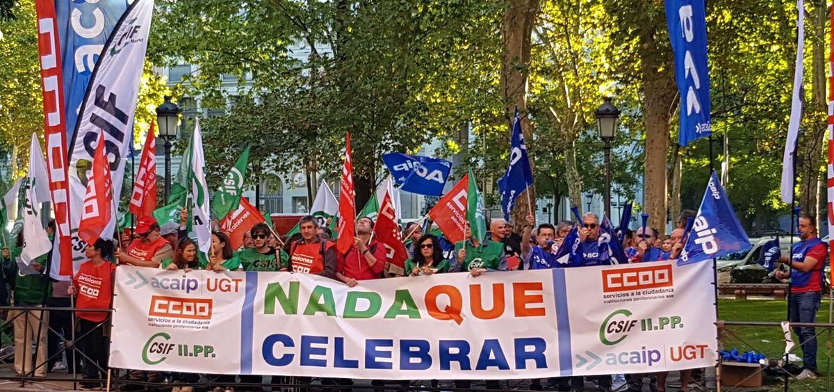 Funcionarios de prisiones manifestándose a las puertas del Ministerio de Sanidad en Madrid. (Foto. @AcaipValencia)