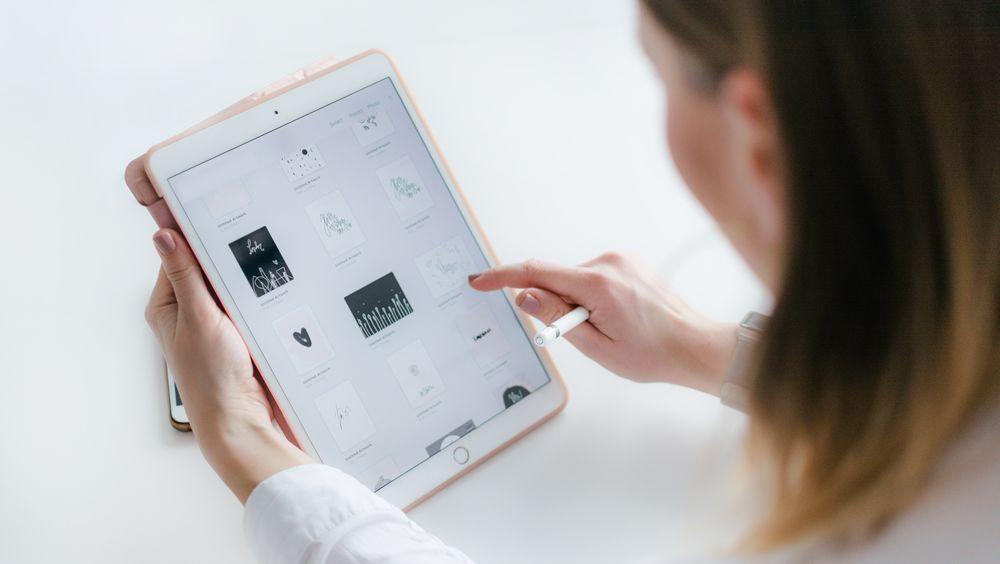 Médico en consulta trabajando con una tablet. (Foto. Unsplash)