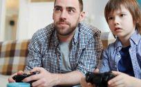 Niño jugando con su padre a los videojuegos (Foto. Freepik)