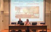 El gerente del SAS, Miguel Moreno Verdugo, y Nieves Lafuente, reunidos con profesionales del Área Norte de Málaga. (Foto Junta de Andalucía)