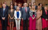 Ana Pastor y la titular de Presidencia, María Eugenia Carballedo, posan junto al nuevo equipo de la Consejería de Sanidad de la Comunidad de Madrid (Foto: @eruizescudero)