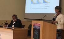 Pilar de Lucas, expresidenta de SEPAR y Julio Ancochea, director de la Cátedra UAM Linde, durante una de las ponencias. (Foto. ConSalud)