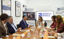 Juanma Moreno, presidente de la Junta de Andalucía en su visita a la Unidad de Día de Adultos y el Centro Educativo de la Asociación Autismo Sevilla (Foto. Junta de Andalucía)