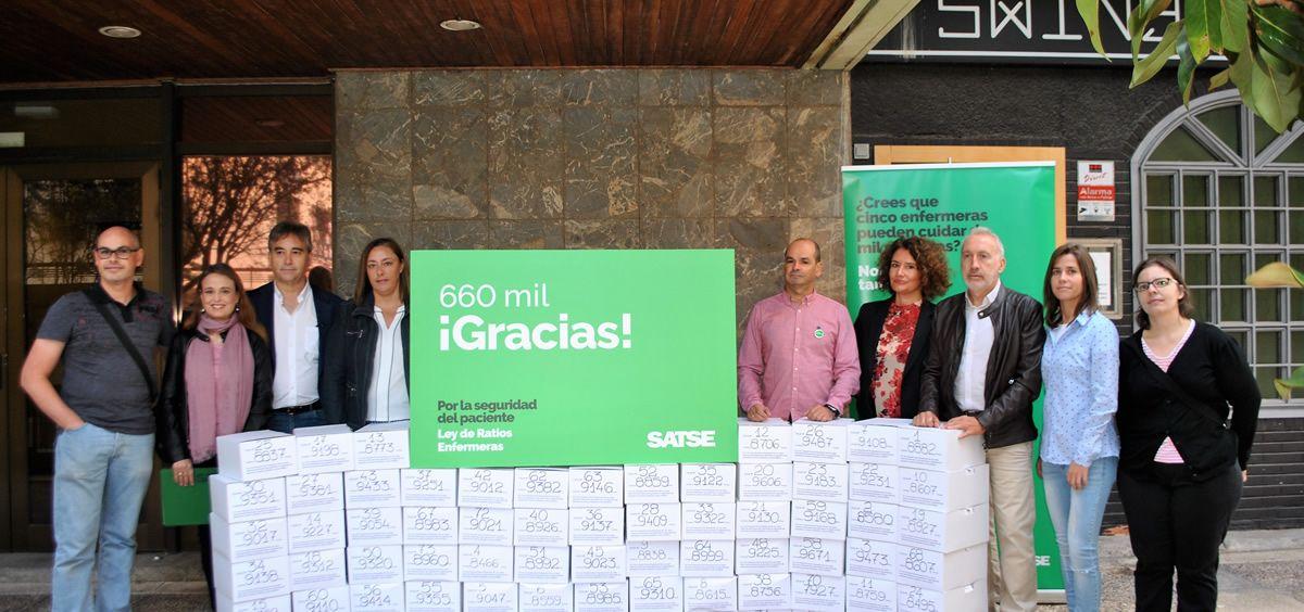 Miembros de Satse en la entrega de firmas en la Oficina del Censo Electoral del Instituto Nacional de Estadística (Foto. ConSalud)