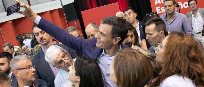 Pedro Sánchez haciéndose un selfie con sus votantes (Foto. PSOE)