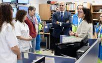 El consejero de Sanidad, Enrique Ruiz Escudero en su visita a la Unidad PAL24 (Foto. Comunidad de Madrid)