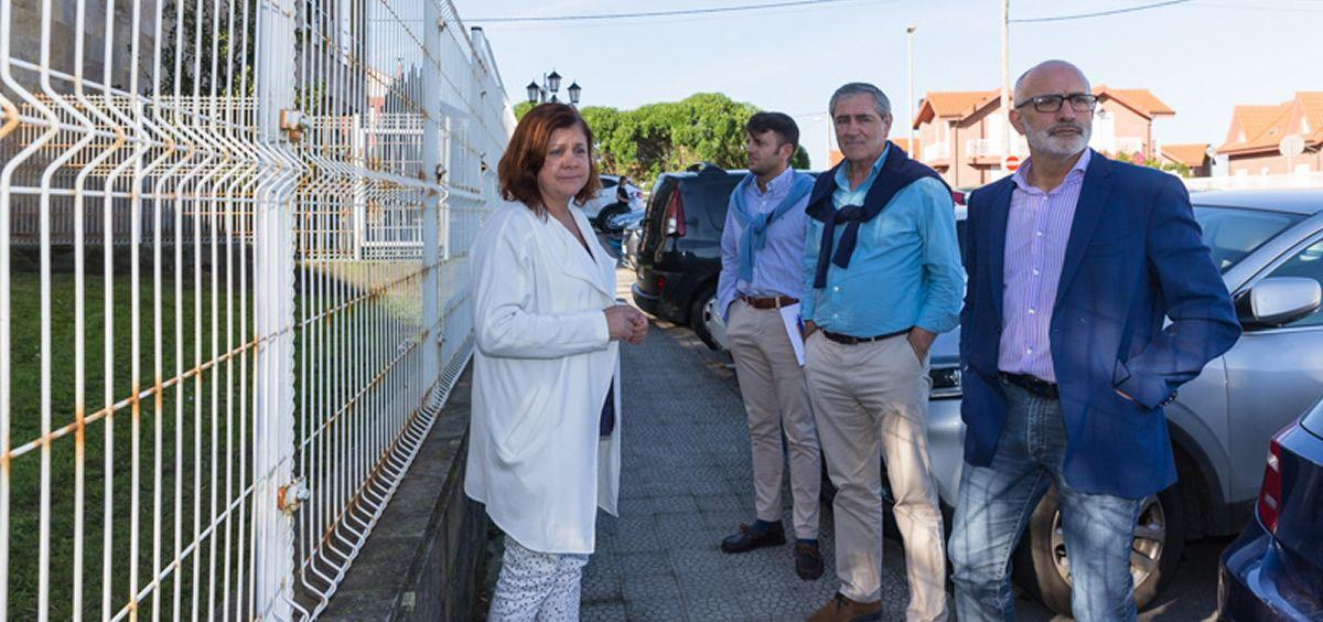 El consejero de Sanidad, junto a la gerente del SCS y el alcalde de Suances, en los exteriores del Centro de Salud del municipio (Foto. Raúl Lucio)