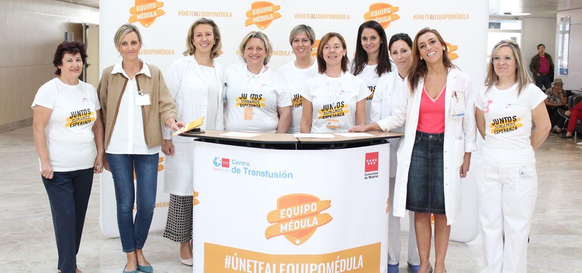 La dra. Pascual (2ª a la dcha), la Dra. Marta Sánchez (3ª a la izda, dtora. asistencial del HUIE), y otros representantes del hospital y del Centro de Transfusiones en el stand (Foto. Hospital Infanta Elena)
