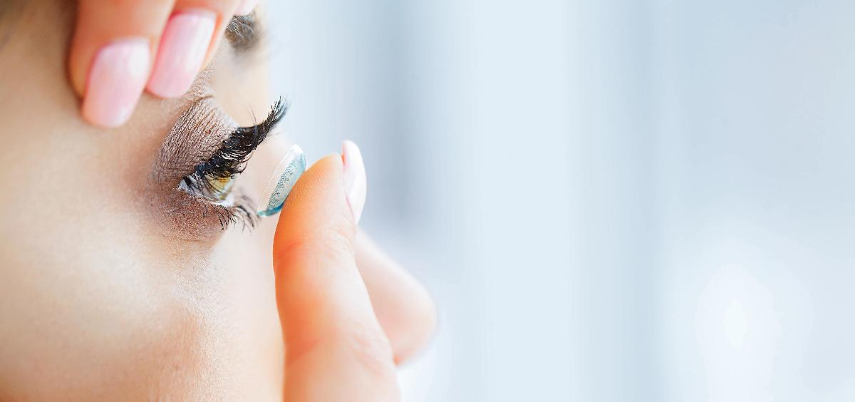 Es muy importante tener las manos limpias a la hora de manipular las lentes de contacto (Foto. ConSalud)