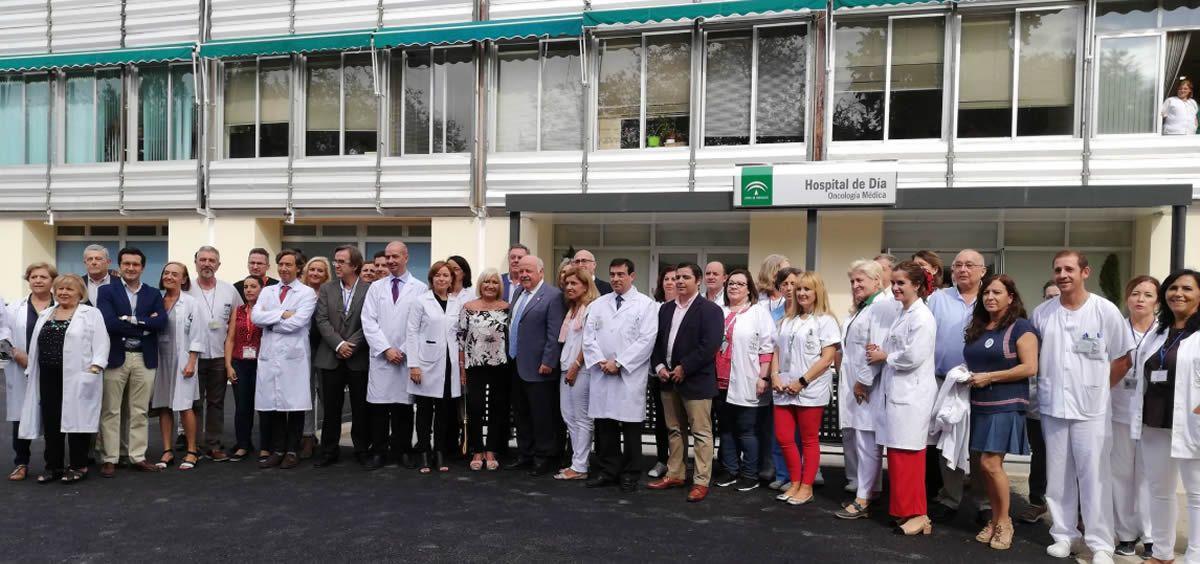 El consejero de Salud y Familias de la Junta de Andalucía, Jesús Aguirre, con los miembros del Hospital de Día de Oncología (Foto. @saludand)
