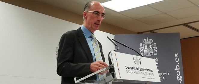 El consejero de Sanidad de Galicia, Jesús Vázquez Almuíña, atiende a los periodistas en el Consejo Interterritorial del Sistema Nacional de Salud (Foto: Juanjo Carrillo - ConSalud.es)