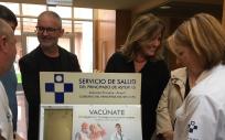 Rafael Cofiño junto a algunos profesionales sanitarios presentando la campaña de vacunación contra la gripe en Gijón (Foto. AsturSalud)