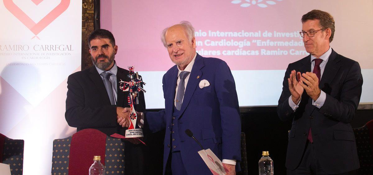 El presidente de la Xunta de Galicia, Alberto Núñez Feijóo, durante la entrega del premio Ramiro Carregal de investigación en Cardiología al doctor Diego López Otero. (Foto. Xunta)