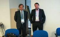 Los doctores José Francisco Díaz Ruiz y Manuel José Mejías Estévez, instantes antes del comienzo de la mesa sobre cuidados paliativos (Foto: Juanjo Carrillo - ConSalud.es)