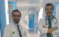El doctor Suárez con el doctor Leopoldo Bárcena, geriatra del HUIE con quien atiende las fracturas de cadera en el hospital (Foto. ConSalud)