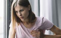 Mujer con dolor en el pecho (Foto. Freepik)