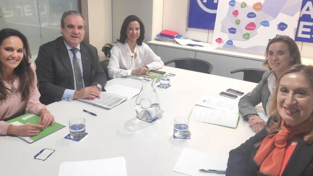Las diputadas Cuca Gamarra y Ana Pastor, reunidas con el Consejo General de Colegios Oficiales de Farmacéuticos (Foto: PP)
