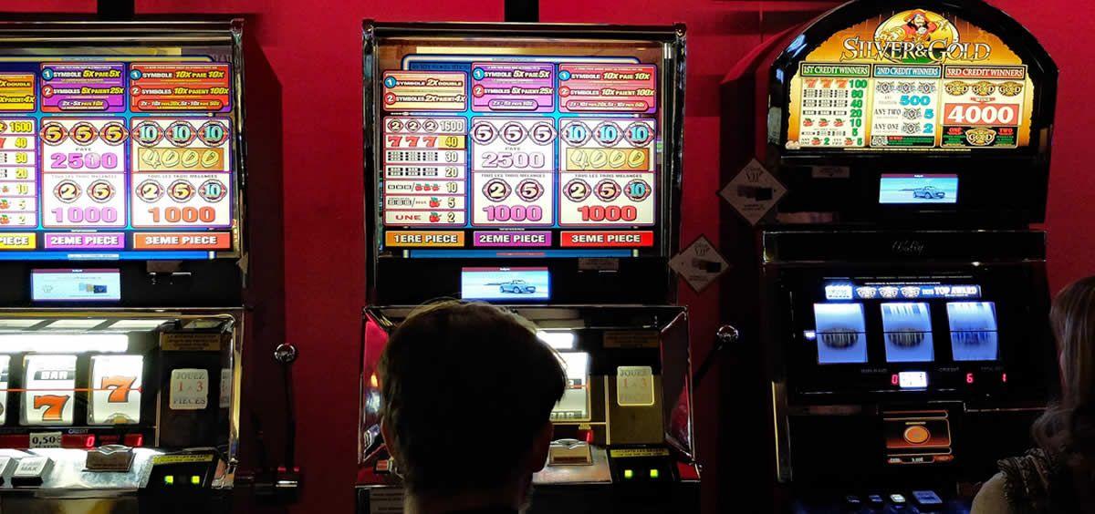 Imagen de una casa de apuestas con varias máquinas de juegos de azar. (Foto. Pixabay)
