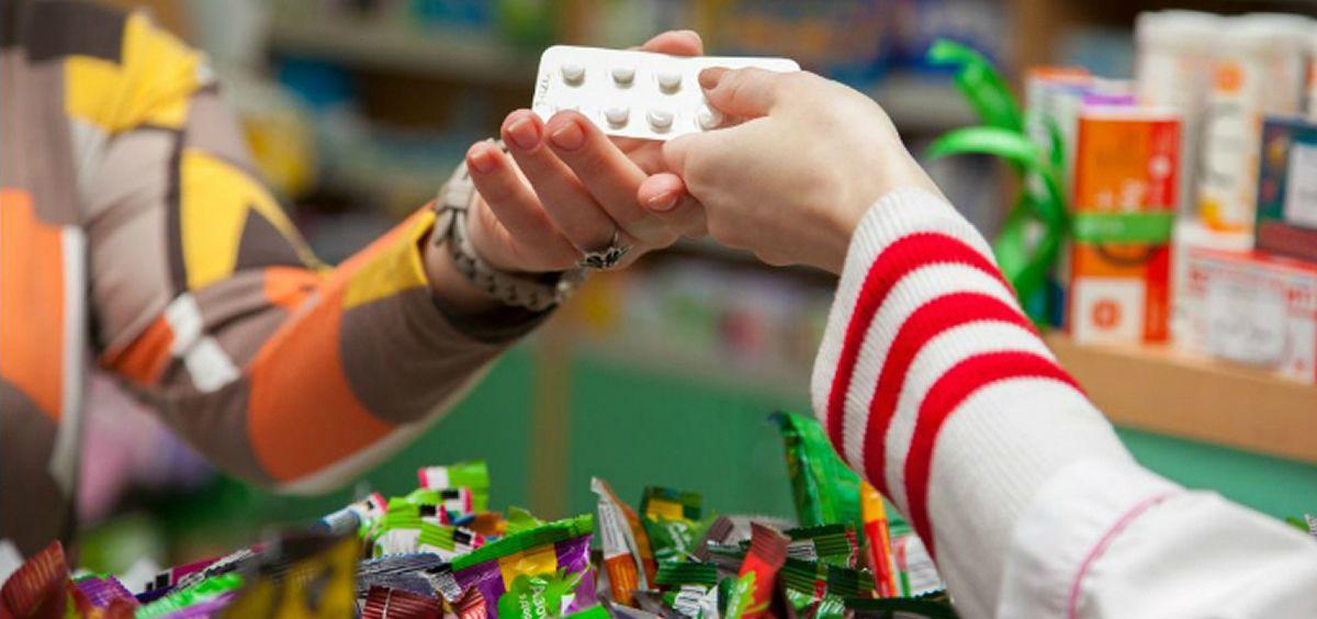 Dispensación de un medicamento en una farmacia (Foto. OMS)