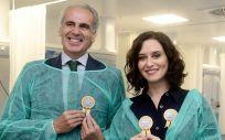 Enrique Ruiz Escudero, consejero de Sanidad de la Comunidad de Madrid, e Isabel Díaz Ayuso, presidenta de la comunidad (Foto. Comunidad de Madrid)