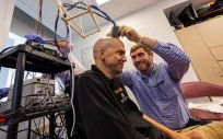 Un investigador prepara el sistema de control (Foto: Universidad Johns Hopkins)