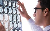 Médico observando los resultados de una resonancia magnética cerebral (Foto. Freepik)