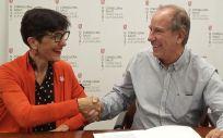 De izq. a dcha.: Candela Calle, directora general del ICO; y Juli Fuster, director general del Servicio de Salud de las Islas Baleares