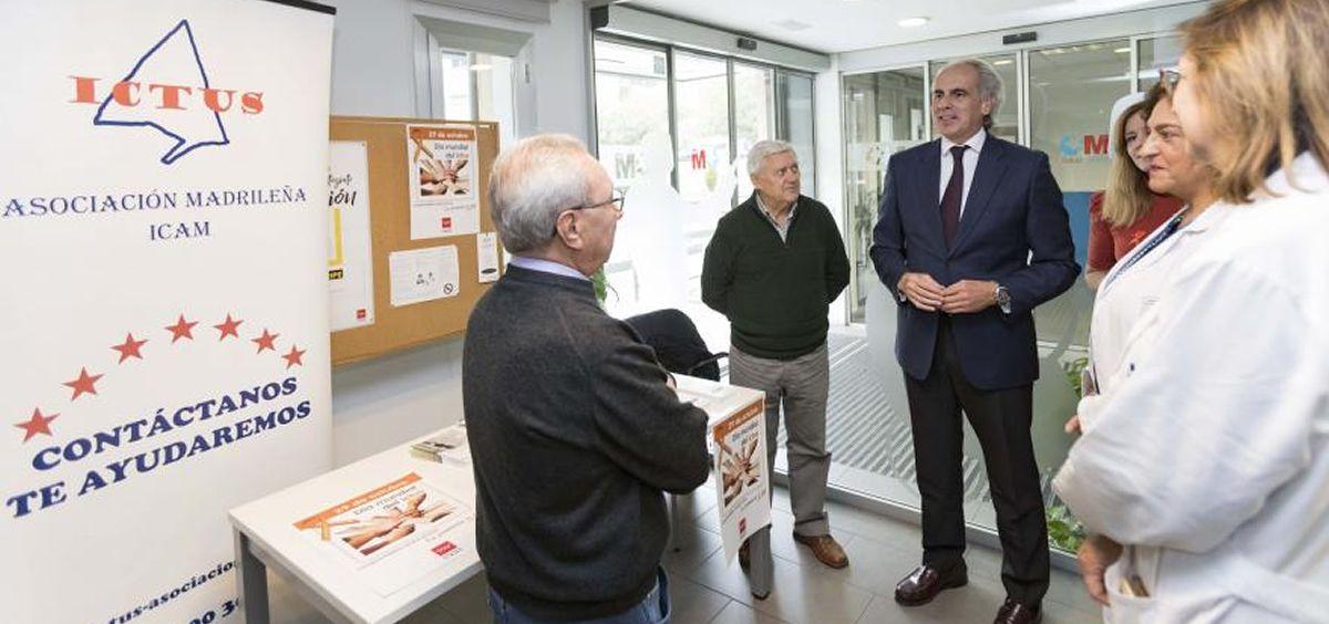 El consejero de Sanidad de la Comunidad de Madrid, Enrique Ruiz Escudero, comprueba el funcionamiento del Código Ictus en el Centro de Salud Isla de Oza. (Foto. Comunidad de Madrid)