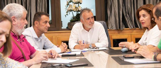 El presidente Ángel Víctor Torres y la consejera Teresa Cruz, reunidos con los sindicatos (Foto: Gobierno de Canarias)