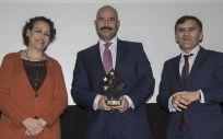 El gerente adjunto de la FJD, en el momento de recoger el reconocimiento de manos de la ministra de Trabajo y el presidente del Club de Excelencia en Gestión (Foto: Fundación Jiménez Díaz)
