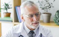 Médico mayor de 55 años (Foto. Freepik)