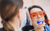Profesional colocando una ortodoncia a una paciente (Foto. Freepik)
