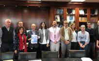 Distintos representantes de la Dirección, la Gerencia del Centro y el Comité de Empresa durante la firma del Plan de Igualdad del CNIO. (Foto. CNIO)