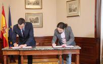 Pedro Sánchez y Pablo Iglesias durante la firma del acuerdo para un gobierno de coalición. (Foto. Flickr PSOE Podemos)