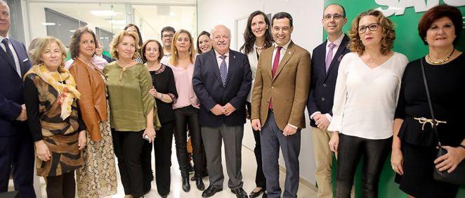Juanma Moreno, con el consejero Jesús Aguirre y los responsables del sindicato Satse. (Foto. Junta de Andalucía)