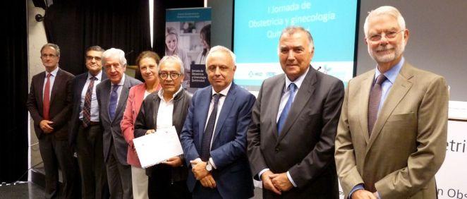 El Dr. Rodríguez Candia con los representantes de la jornada en la que se premio la iniciativa formativa del HUIE. (Foto.Hospital Infanta Elena)