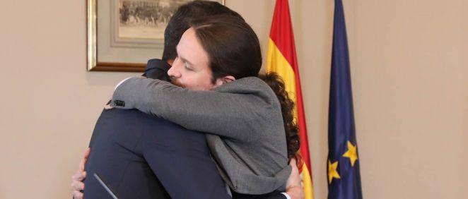 Pedro Sánchez y Pablo Iglesias fundiéndose en un abrazo durante la firma del preacuerdo para conformar un gobierno de coalición PSOE Podemos. (Foto. Flickr PSOE)