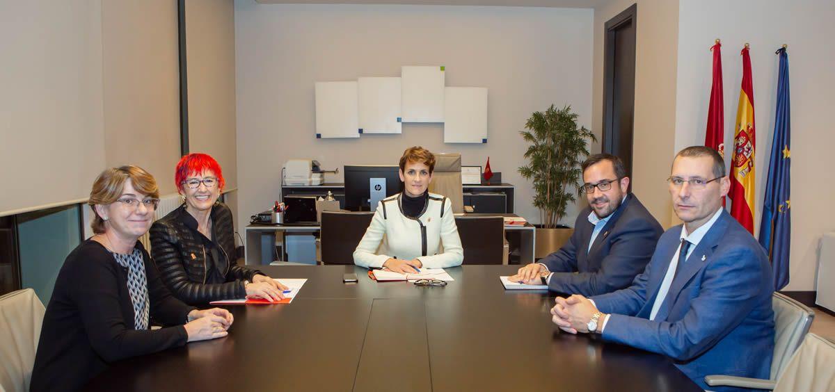 La presidenta del Gobierno de Navarra, María Chivite, junto a la consejera de Salud, Santos Induráin y representantes del Sindicato Médico. (Foto. Gobierno de Navarra)