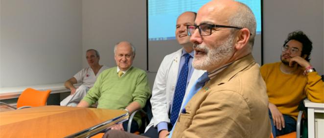 Miguel Rodríguez en una charla en el servicio de Hematología en el Hospital Valdecilla (Foto. Gobierno de Cantabria)
