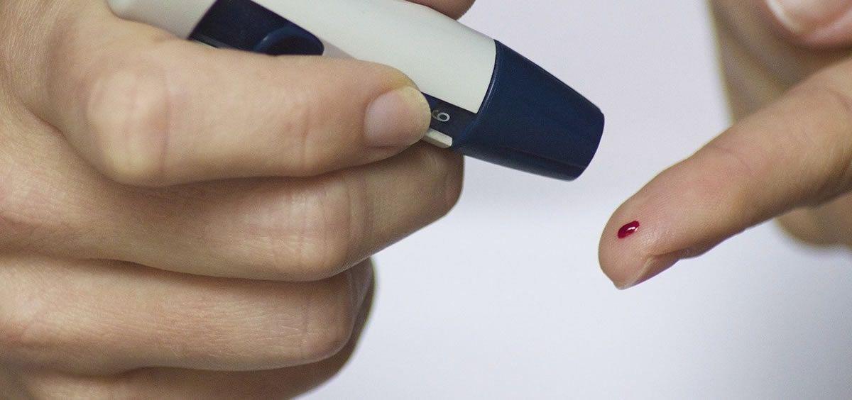 Paciente de diabetes midiendo la insulina (Foto. Pixabay)